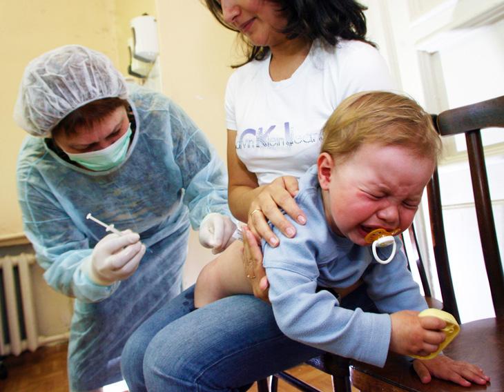 Почему нельзя гулять с ребенком после прививки АКДС в первый и на следующий день